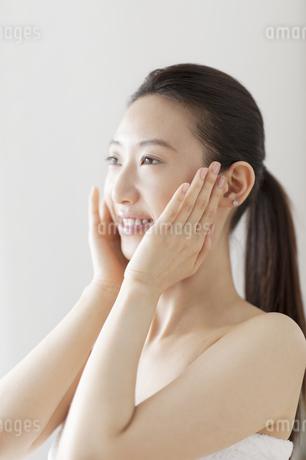 頬に両手を添える女性の写真素材 [FYI02966377]
