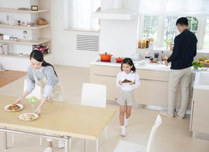 ダイニングで食事の準備をする親子の写真素材 [FYI02966380]