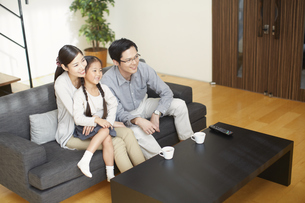 テレビを見る家族の写真素材 [FYI02966384]