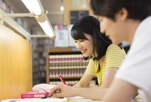 図書室で勉強する男女の学生の写真素材 [FYI02966385]