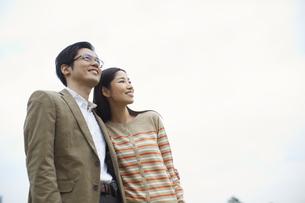 遠くを見て微笑むカップルの写真素材 [FYI02966392]