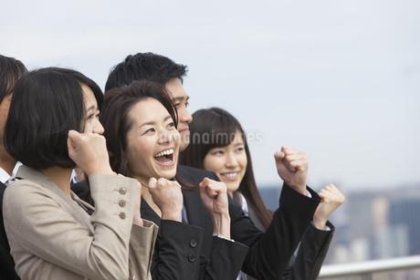 上を向いてガッツポーズするビジネス男女の写真素材 [FYI02966394]