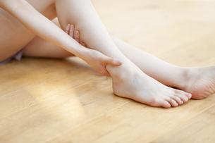 脚のマッサージをする女性の手元の写真素材 [FYI02966395]