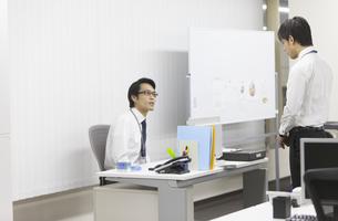 部下と話をするビジネス男性の写真素材 [FYI02966396]