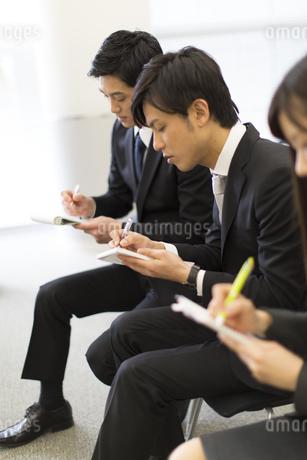 メモをとるビジネス男女の写真素材 [FYI02966397]