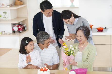 祖母の誕生日のお祝いをする家族の写真素材 [FYI02966403]