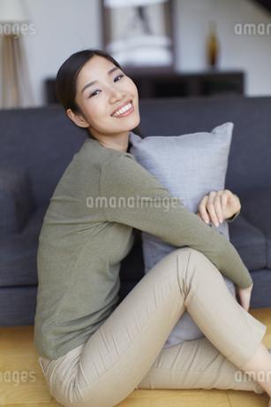 クッションを抱く女性のポートレートの写真素材 [FYI02966407]