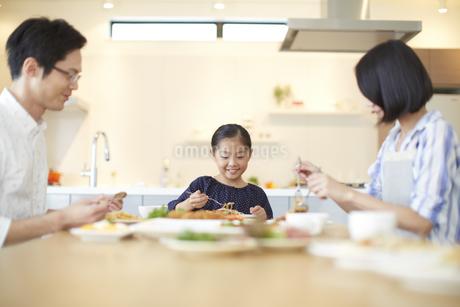 家族3人での食事シーンの写真素材 [FYI02966414]