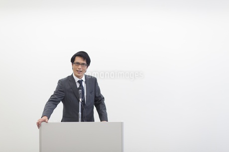 演台で話すビジネス男性の写真素材 [FYI02966419]