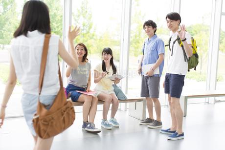 ロビーで挨拶し合う学生たちの写真素材 [FYI02966426]