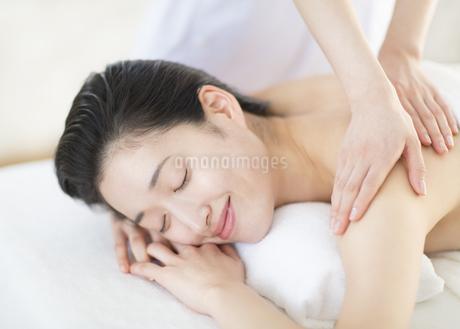 うつ伏せで肩をマッサージされている女性の写真素材 [FYI02966430]