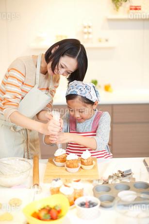 お菓子作りをする母と娘の写真素材 [FYI02966434]