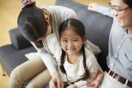 両親の間で笑う女の子の写真素材 [FYI02966450]