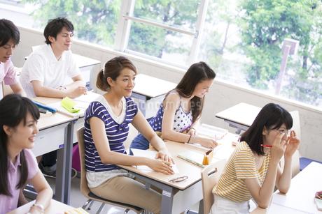 授業を受ける学生たちの写真素材 [FYI02966452]