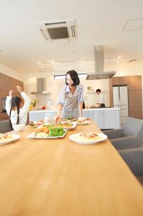 テーブルに食事を用意する親子の写真素材 [FYI02966456]