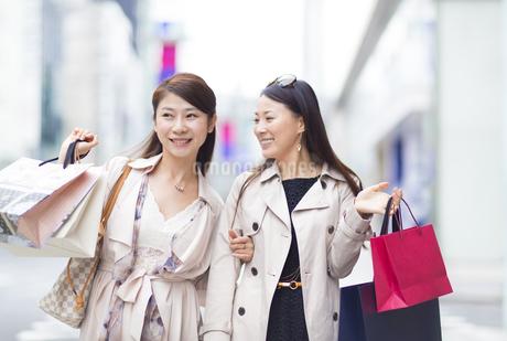 街で買物を楽しむ2人の女性の写真素材 [FYI02966480]