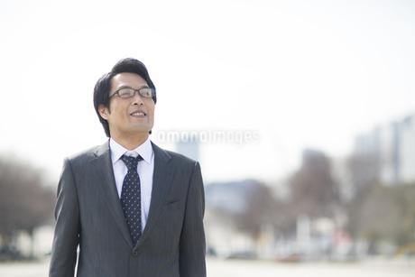 屋外で微笑むビジネス男性の写真素材 [FYI02966489]