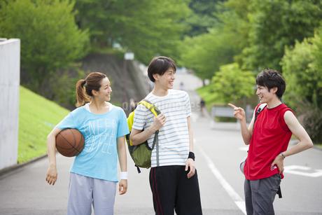 道で談笑する3人の若者の写真素材 [FYI02966494]