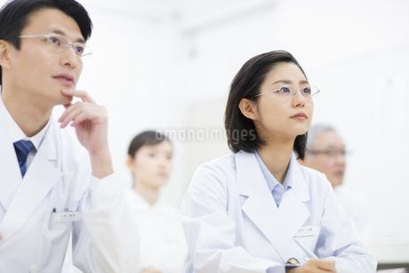 会議中の医師たちの写真素材 [FYI02966496]