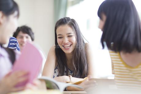 教室で笑う学生とクラスメイトの写真素材 [FYI02966498]