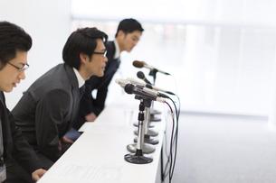 会見をするビジネス男性3人の写真素材 [FYI02966501]