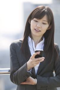 スマートフォンを見るビジネス女性の写真素材 [FYI02966502]