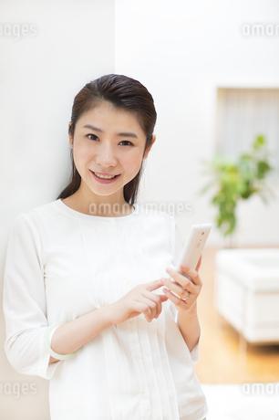 スマートフォンを持つ女性の写真素材 [FYI02966504]