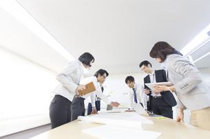 会議中のビジネス男女の写真素材 [FYI02966508]