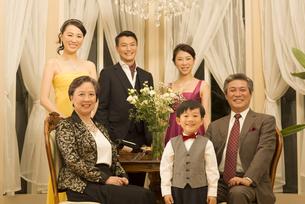 ドレスアップして微笑む三世代家族の写真素材 [FYI02966509]