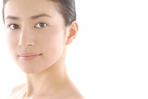 20代日本人女性のフェイスアップビューティーイメージの写真素材 [FYI02966510]