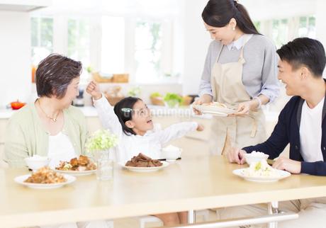 食卓で喜ぶ家族の写真素材 [FYI02966513]