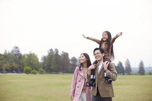 公園で肩車して遠くを見る家族の写真素材 [FYI02966516]