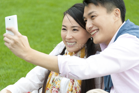 スマートフォンで写真を撮るカップルの写真素材 [FYI02966518]