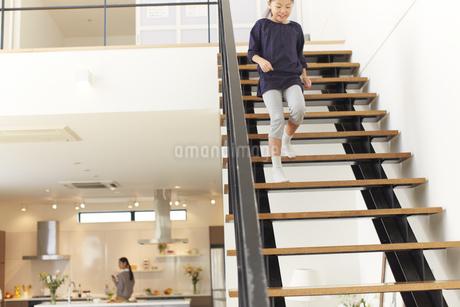 階段を駆け降りる女の子の写真素材 [FYI02966525]