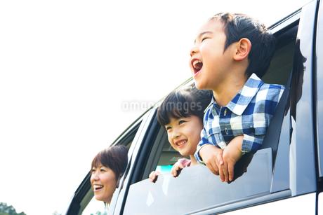 車窓から顔を出すファミリーの写真素材 [FYI02966527]