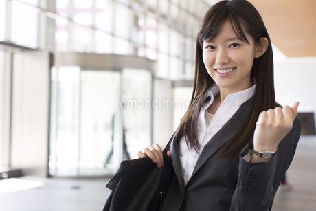 ガッツポーズをするビジネス女性の写真素材 [FYI02966529]