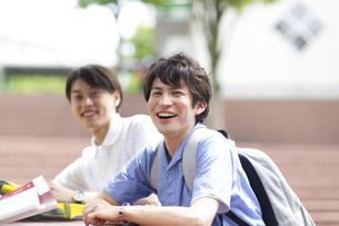 笑う男子学生のポートレートの写真素材 [FYI02966531]