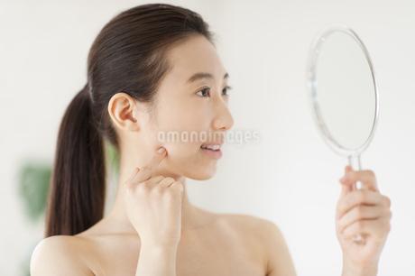 手鏡を見る女性の写真素材 [FYI02966533]