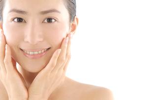 20代日本人女性のフェイスアップビューティーイメージの写真素材 [FYI02966535]