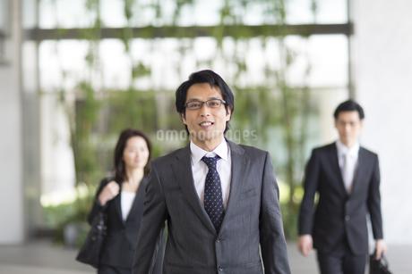 ビルの中を歩くビジネス男性の写真素材 [FYI02966537]