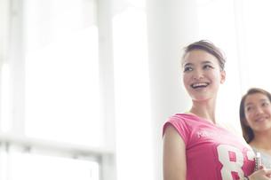 横を向いて微笑む女子学生の写真素材 [FYI02966540]