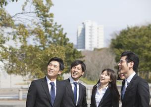 笑いながら上を見るビジネス男女の写真素材 [FYI02966544]