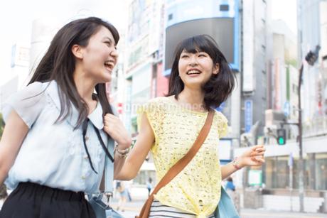 笑顔で街を歩く2人の若い女性の写真素材 [FYI02966546]