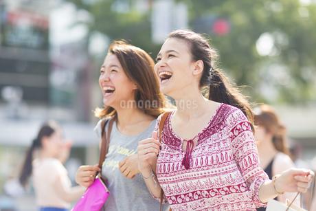 買物中に街を歩く2人の女性の写真素材 [FYI02966550]
