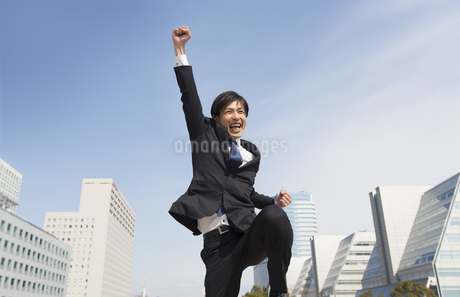 こぶしを上げて喜ぶビジネス男性の写真素材 [FYI02966552]