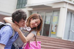 首に腕を駆けて笑い合う2人の学生の写真素材 [FYI02966559]