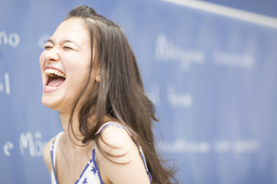 黒板の前で口を大きく開けて笑う女子学生の写真素材 [FYI02966561]