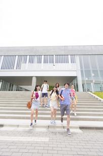 建物の前を走る学生たちの写真素材 [FYI02966562]