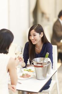 レストランでワインを手に語らう女性二人の写真素材 [FYI02966566]