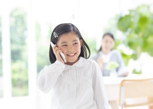 スマートフォンで会話する女の子の写真素材 [FYI02966568]
